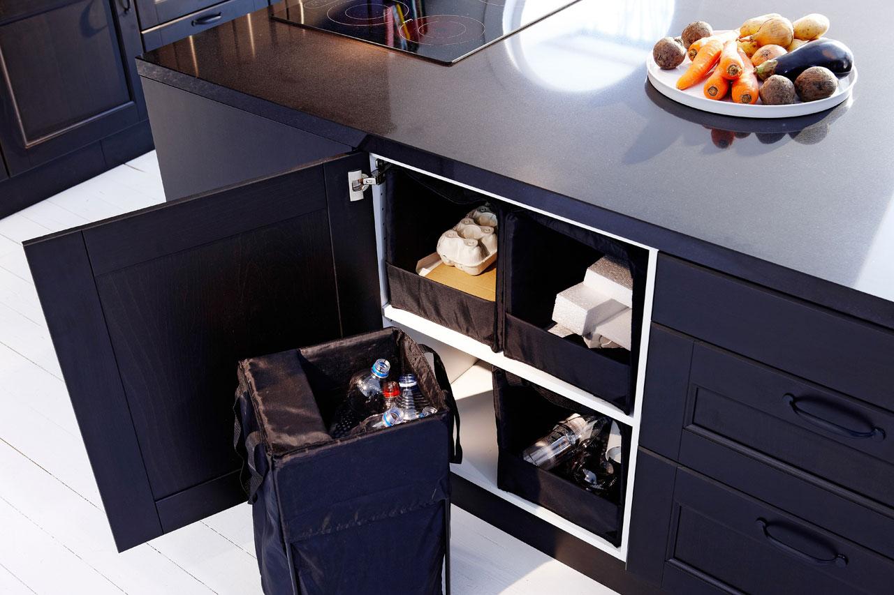 Kierrätys on helppoa, kun pullot, tölkit ja lehdet sujautetaan käytön jälkeen Ikean Rationell-kierrätyskasseihin