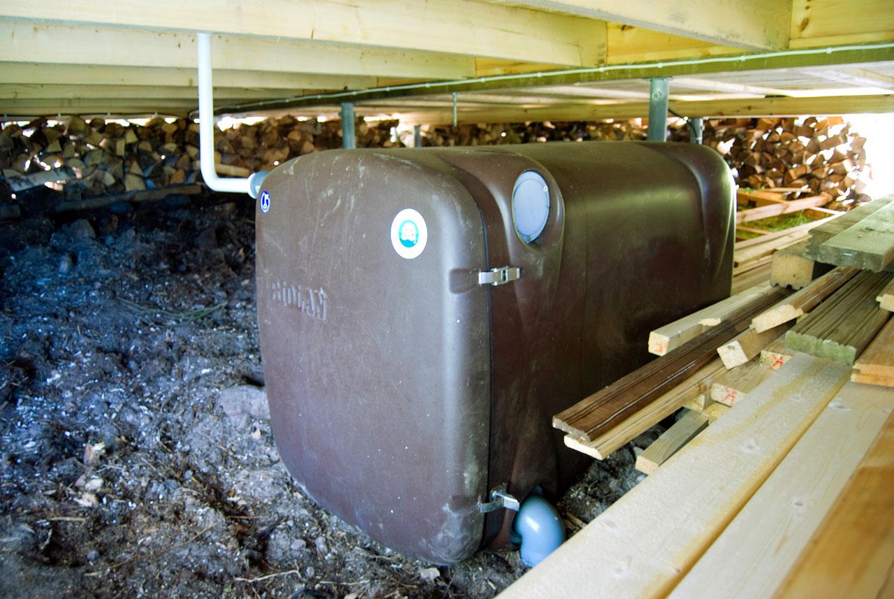 Mökin alle sijoitettu Biolanin saunasuodatin puhdistaa 250 litraa vettä vuorokaudessa.