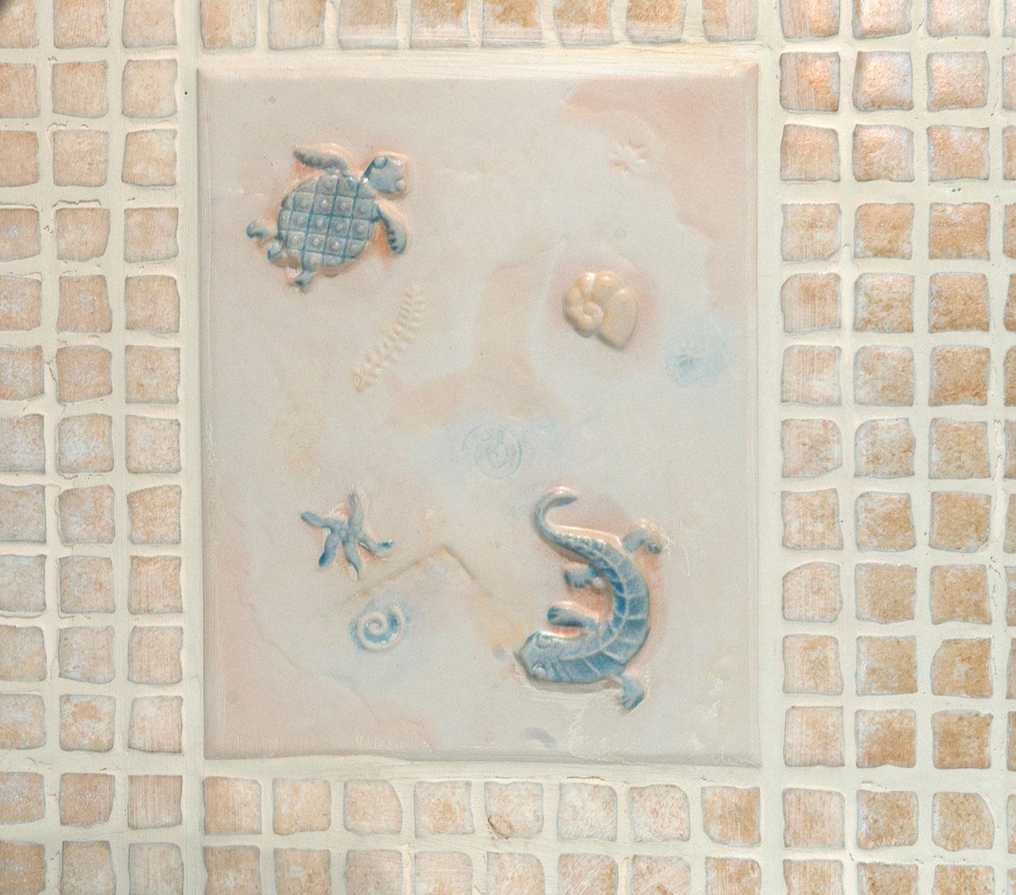 Suihkutilan merihenkiset seinälaatat ovat Villeroy & Bochin ja hankittu jo paljon ennen talon rakentamista. Laatat inspiroivat muuta sisustusta.