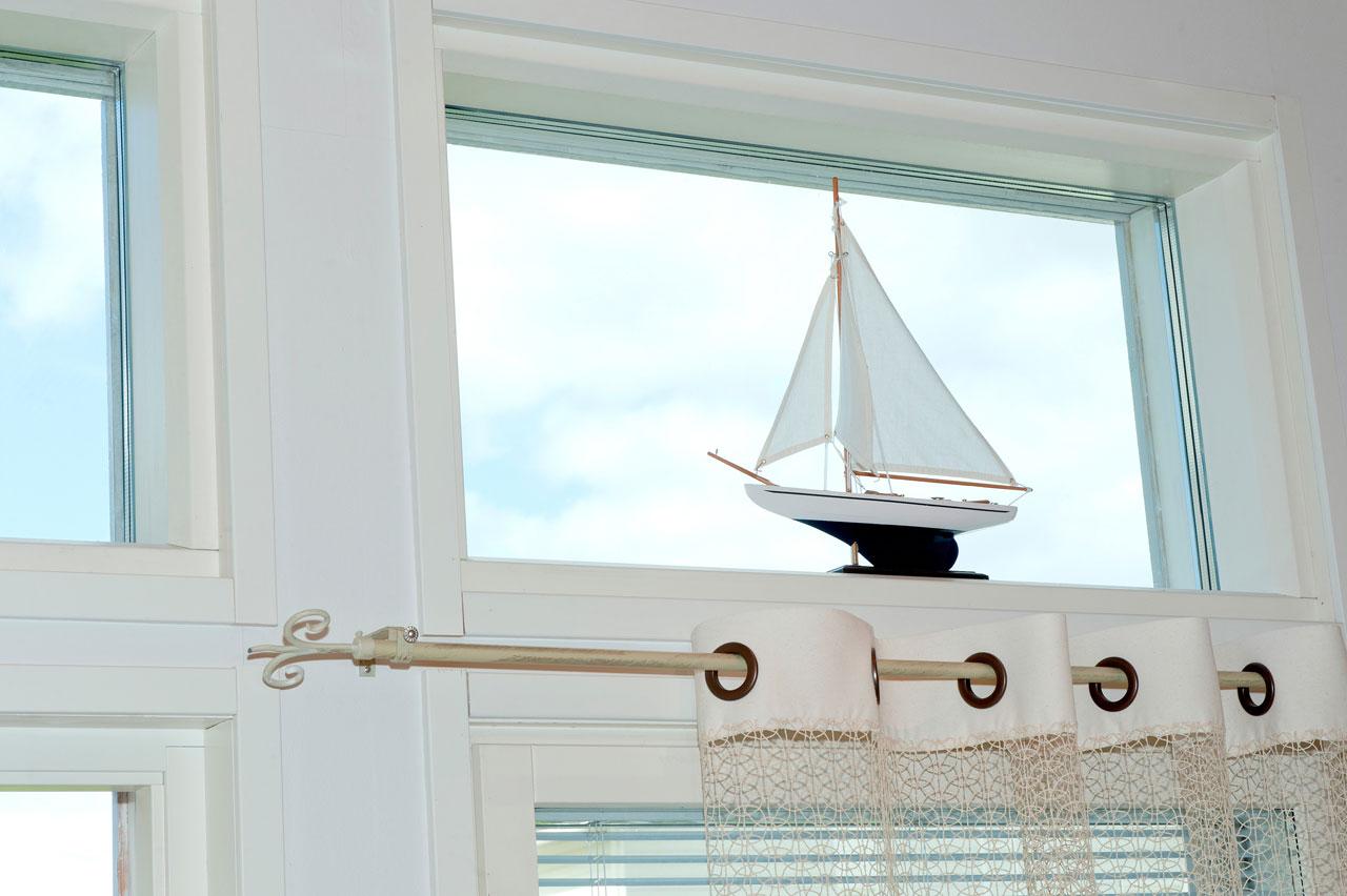 Vaikka perhe ei veneilyä harrastakaan, sisustukselliset purjelaivat vievät ajatukset aavoille ulapoille.