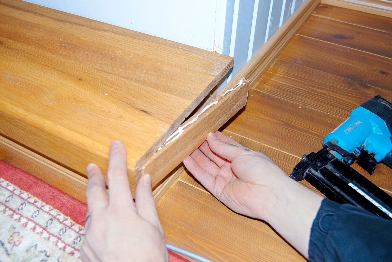 Alimpien portaiden reunat viimeisteltiin erillisillä paloilla jotka tehtiin ylitse jääneistä kappaleista. Palat liimattiin ja naulattiin viimeistelynaulaimella paikalleen.