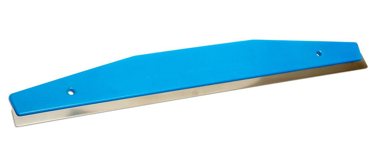 Hyvä apu tapetin leikkaamisessa on metallireunainen leikkuuviivain, jonka avulla leikkauspinnan saa siistiksi ja suoraksi. Leikkaaminen tapahtuu matto- tai tapettiveitsellä. Kun vuotia leikataan, kannattaa huonekorkeuden salliessa jättää tapetin ylä- ja alareunaan 2−3 sentin vara.