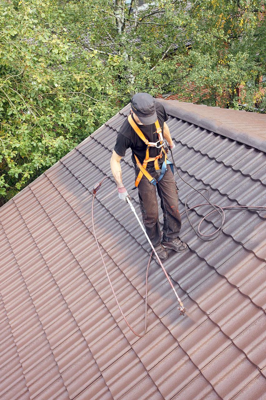 Katto suojataan värjäämällä se Isonit-pinnoitteella.