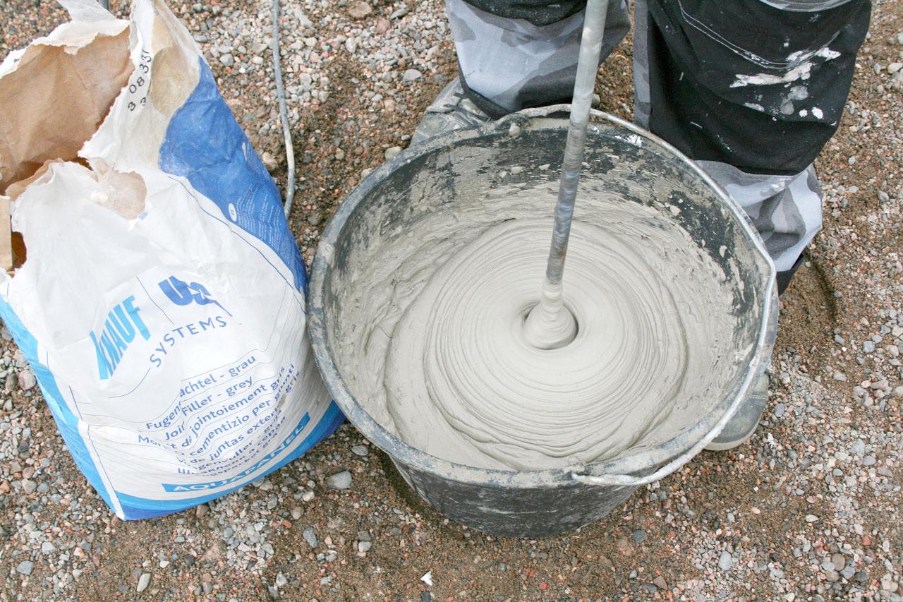 Levyt saumataan Outdoor-levyille tehdyllä saumalaastilla. Laasti sekoitetaan puhtaaseen veteen koneellisesti.
