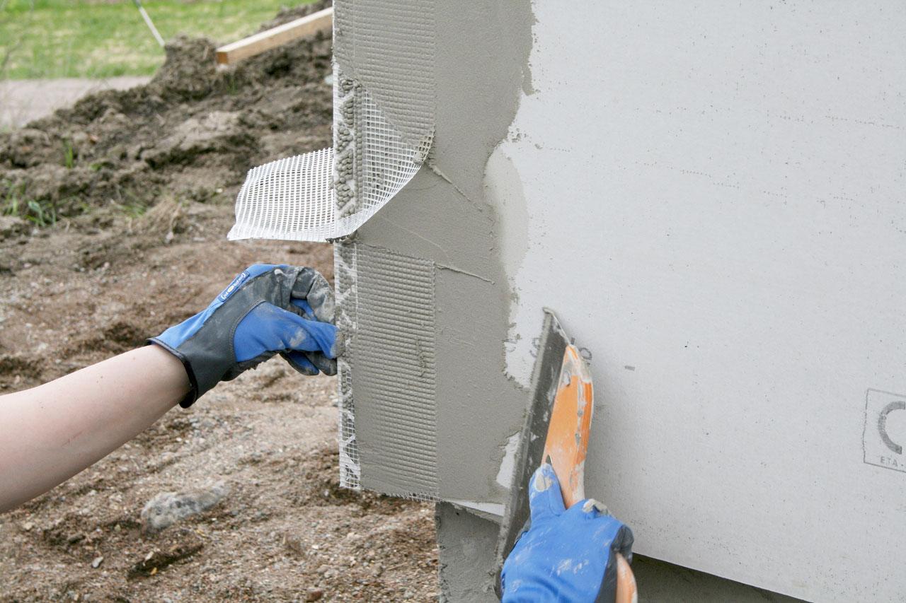 Ulkokulmissa käytetään tähän tarkoitukseen tehtyä ulkokulmalistaa. Muovilista on lasikuituverkkovahvisteinen ja se painetaan kiinni tuoreeseen laastiin. Tässä listamallissa verkko on pidempi kuin muovilista jolloin jatkoskohdasta saa siistin yli menevän verkon avulla.