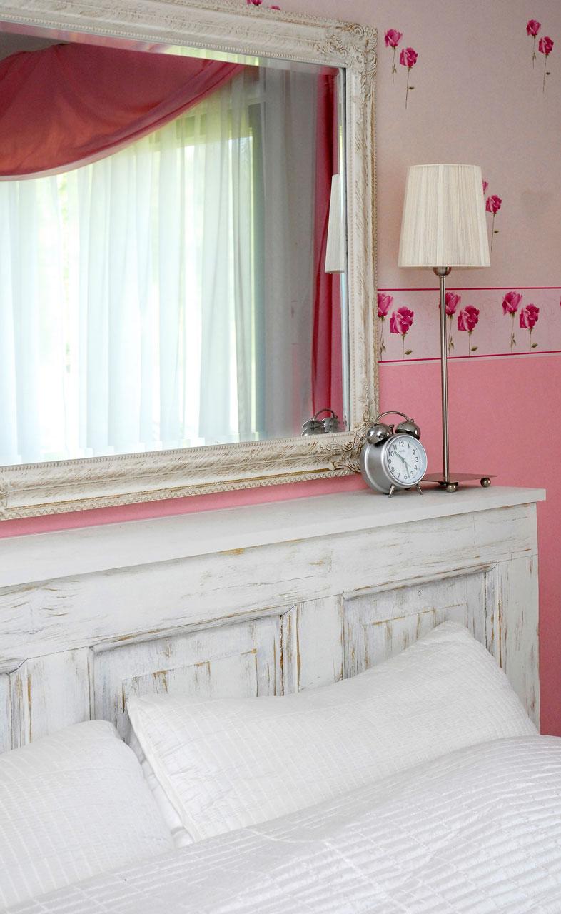 Aitasta löytyi vanha ovi, josta syntyi käyttökelpoinen ja erittäin edullinen yöpöydän korvike.