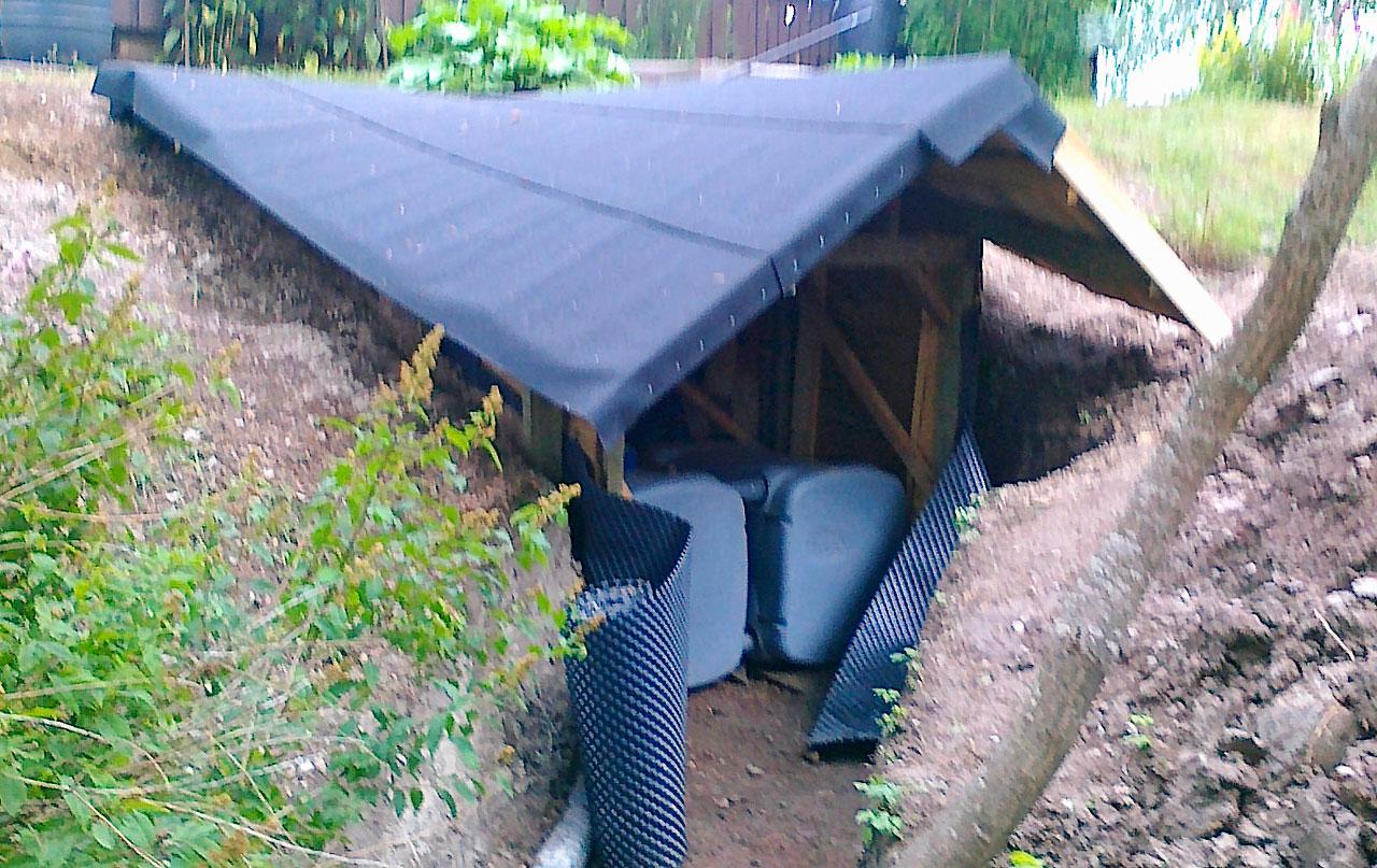 Katto alkaa valmistua. Lautojen päälle tuli huopakatto, joka asettui hyvin katon muotoon.