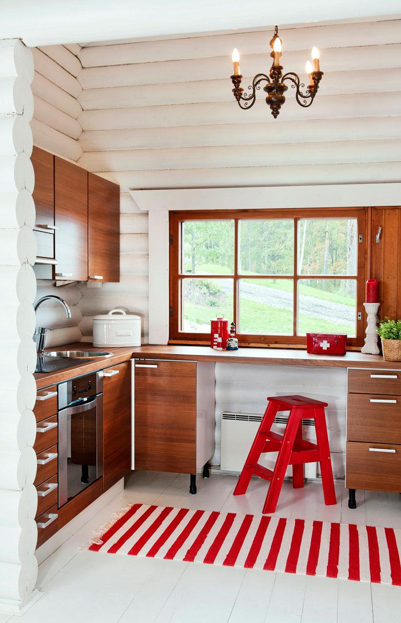 Keittiö sijaitsee hyvällä paikalla terassin oven vieressä, joten ruokien kuljettaminen ulos sujuu helposti. Keittiö Gastro keittiöiltä. Jakkara Askosta.