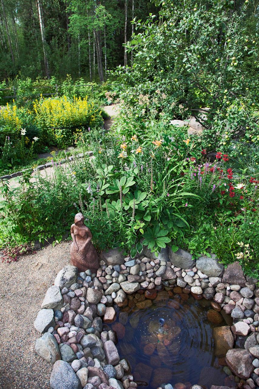 Kivipurossa kylpevä vedenneito puuhastelee tärkeässä roolissa, sillä portinvartijana toimivan rouvan tehtävänä on aukaista ovet Iiriksen Salaiseen puutarhaan.