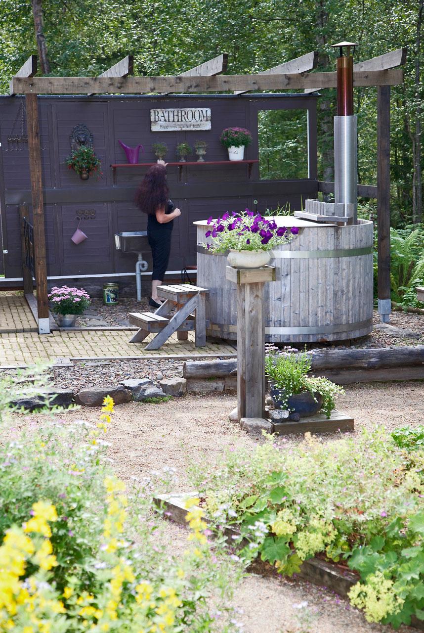 Englantilais-suomalainen kylpylänurkkaus on hauska sekoitus eri aikakausia.