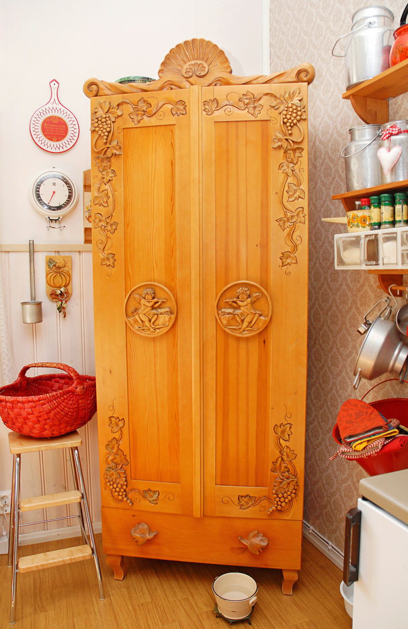 Keittiön astiakaappi on koristeveistäjänä toimivan Ullan taidonnäyte.