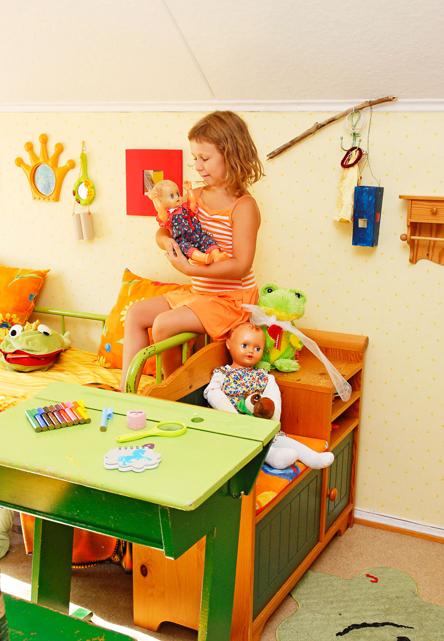 Peppi-neidin huone on täynnä iloisia värejä ja sisustettu hauskaan retrohenkeen.