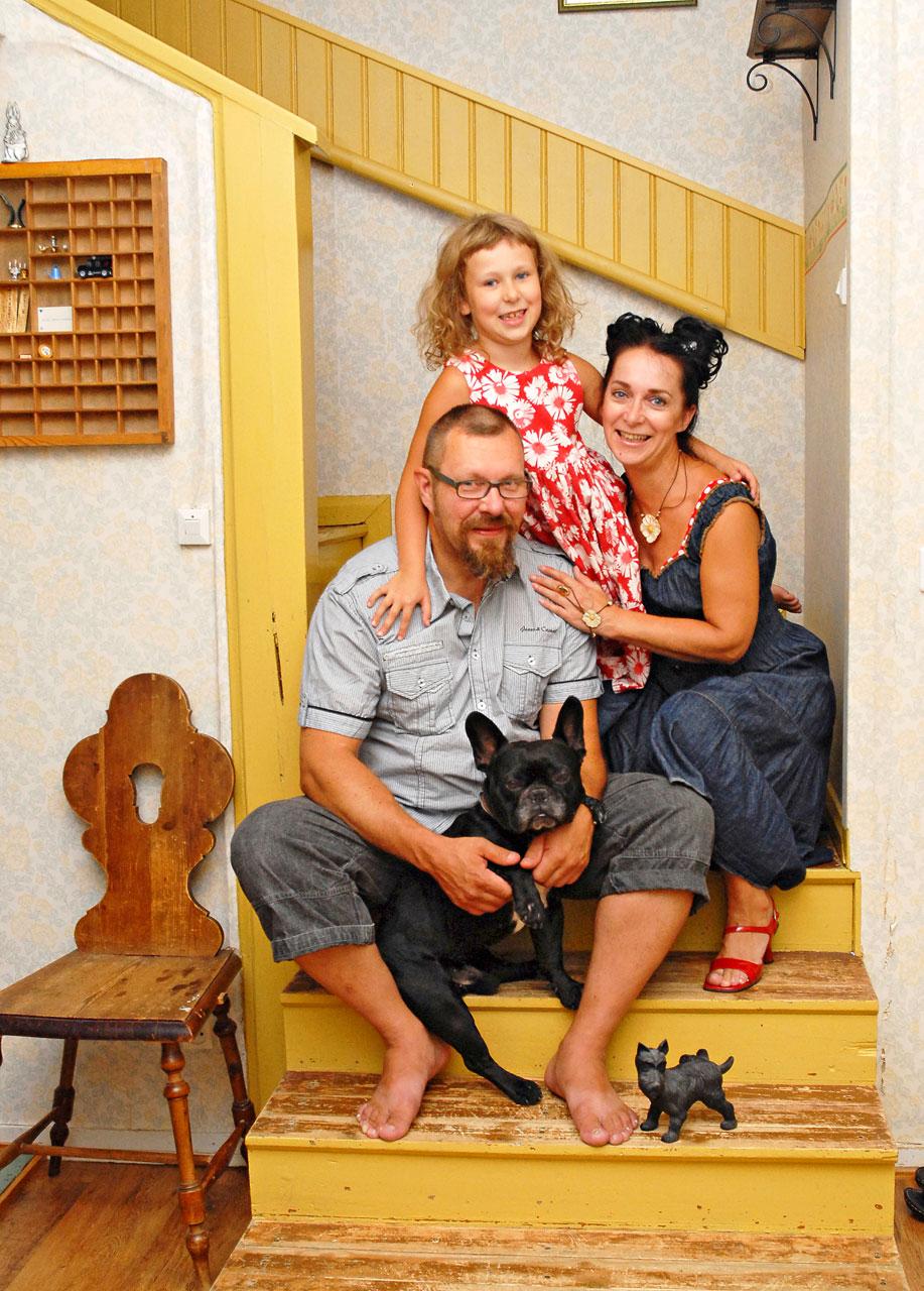 Peppi-neiti perheineen viihtyy Huvikummun aistikkaassa ilmapiirissä.