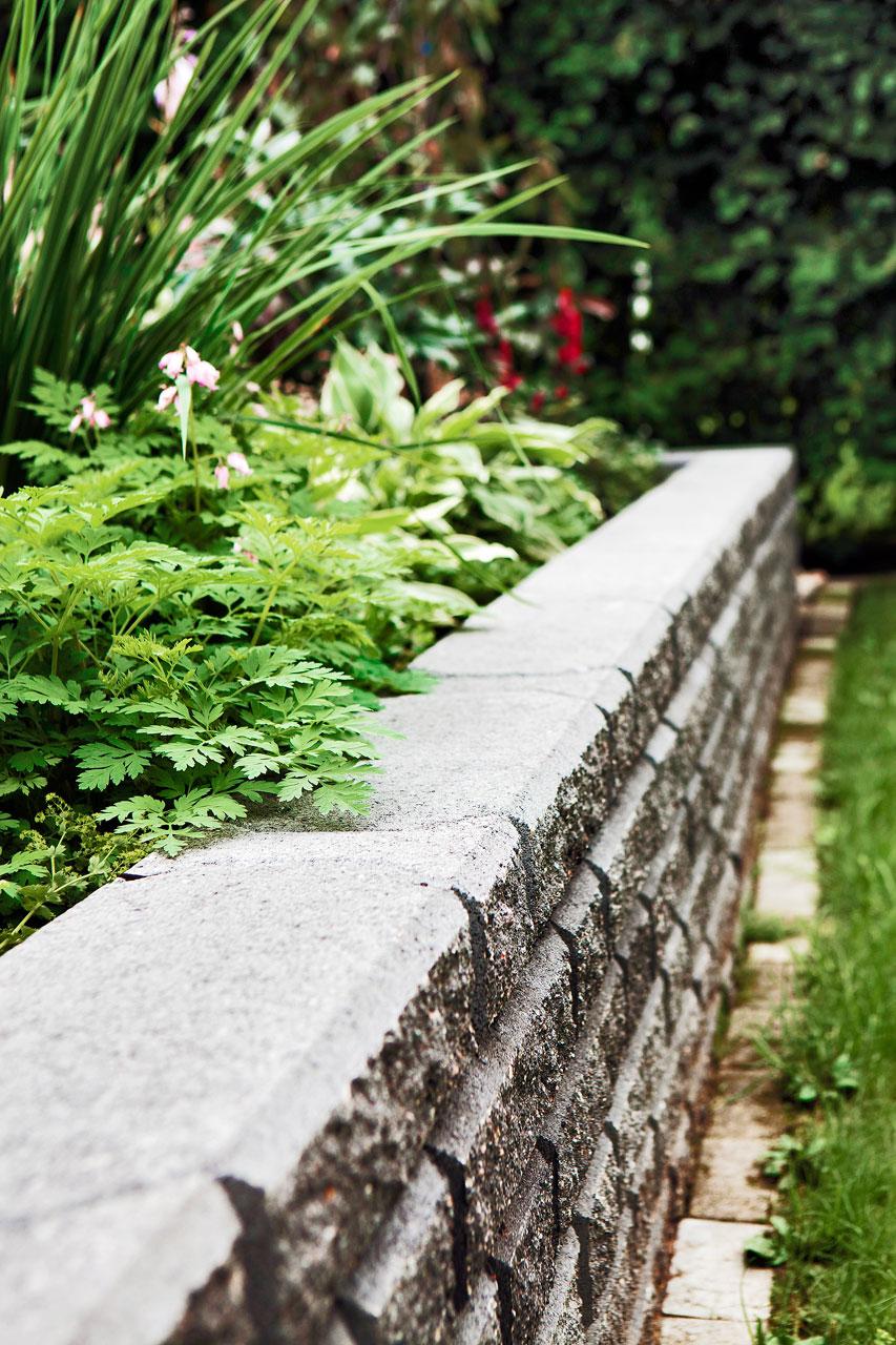 Harkosta saa näyttävän muurin istutuksille ja kivetyksen ansiosta nurmikko on helppo leikata.