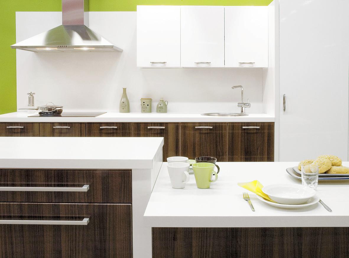 Puhdaslinjaista tyylikkyyttä. Trendikäs keittiö syntyy yhdistelemällä erilaisia materiaaleja ja värejä. Kuvan keittiössä yläkaapit ovat valkoista kiiltävää kalvo-ovea ja alakaapit ovat keskitummaa puuta. Kalvo-ovet ovat erittäin kestäviä ja sileäpintaisia mdf-runkoisia ovia. Keittiön valkoiset korkeapainelaminaattitasot ovat 40 mm:n paksuisia. Tasot ovat helppohoitoisia ja kestävät kovaa kulutusta. Lisätietoja Gaala-Keittiöt, www.gaalakeittiot.fi