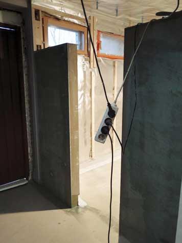 Kosteus kylpyhuoneessa seinälaattojen ja vesieristeen välissä