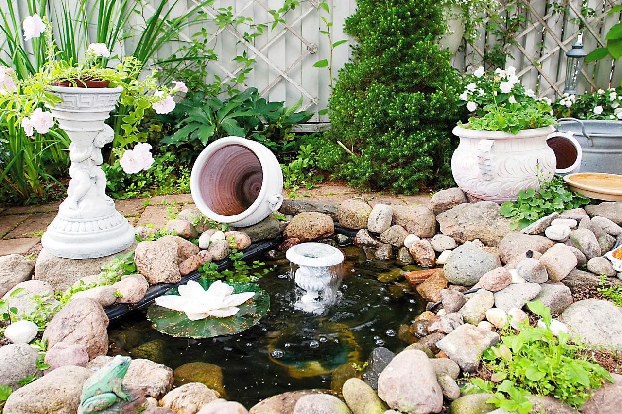 Vesiallas on muuttanut paikkaa jo kolme kertaa. Jalallisessa ruukussa kerrannaiskukkainen petunia.