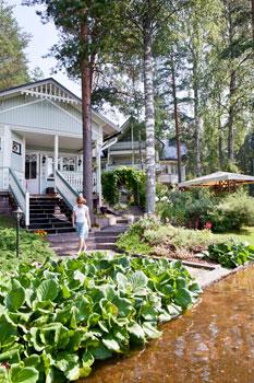 Rantasauna toistaa talon tyyliä täsmälleen. Pihan komeat puut voitiin säilyttää huolellisen suunnittelun ansiosta.