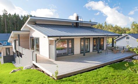 Talossa on noin 200 neliön edestä ulkoterasseja, joihin tarvittiin poikkeuslupa. Katetut ja kattamattomat terassit lisäävät asumismukavuutta.