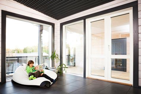 Yläkerran laattalattia on helppohoitoinen lapsiperheessä. Sen lämmöstä huolehtii älykäs Eberle-lattialämmitysjärjestelmä.