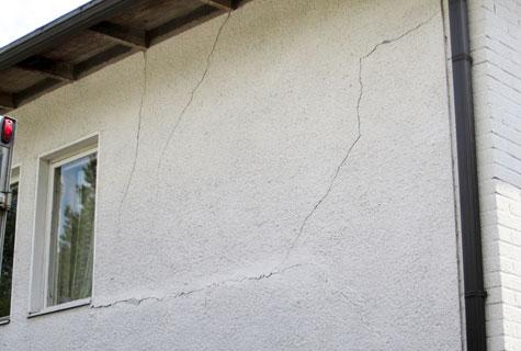 Seinän murtumisesta huomaa, että talo on painunut.