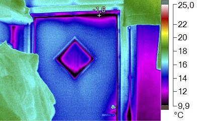 Talon ulko-oven lämpövuoto. Oven tiivisteet päästävät kylmän pakkasilman lävitseen.