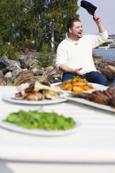 Top Chef Akseli Herlevi grillaa karitsanpaistia