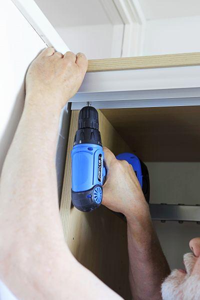 Kaapiston asentaminen lähentelee finaalia, kun ovien yläkisko on paikoillaan.