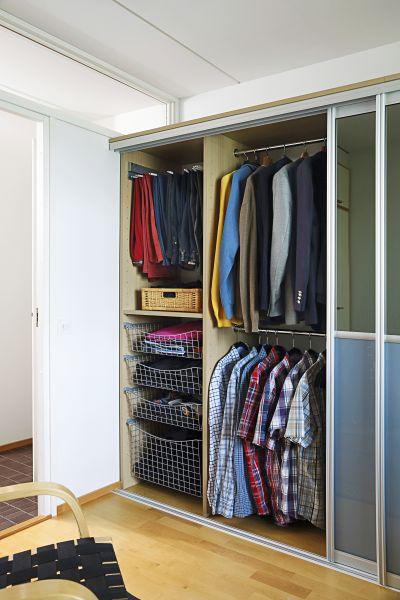 Housuteline ja lankakorit sekä riittävän pitkät vaatetangot helpottavat hyvän järjestyksen pitoa.