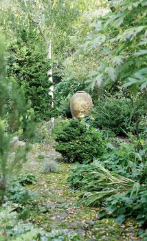Taiteilija Monica Youngin suunnittelema saviuurna on puutarhan tärkein katseenvangitsija.