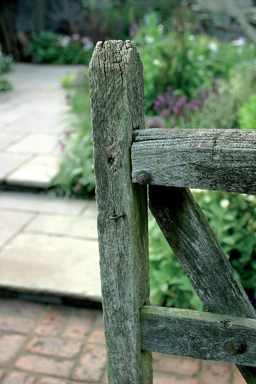 Vanhasta puutavarasta tehdyt rakenteet istuvat usein upeasti ympäristöönsä.