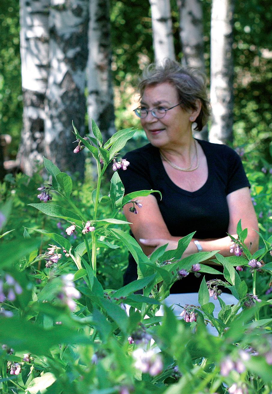 Opettajana Riitta Clayhills on voinut viettää mökkipuutarhassaan pitkiä aikoja kesäisin. Riitan ympärillä rohtoraunioyrttiä.