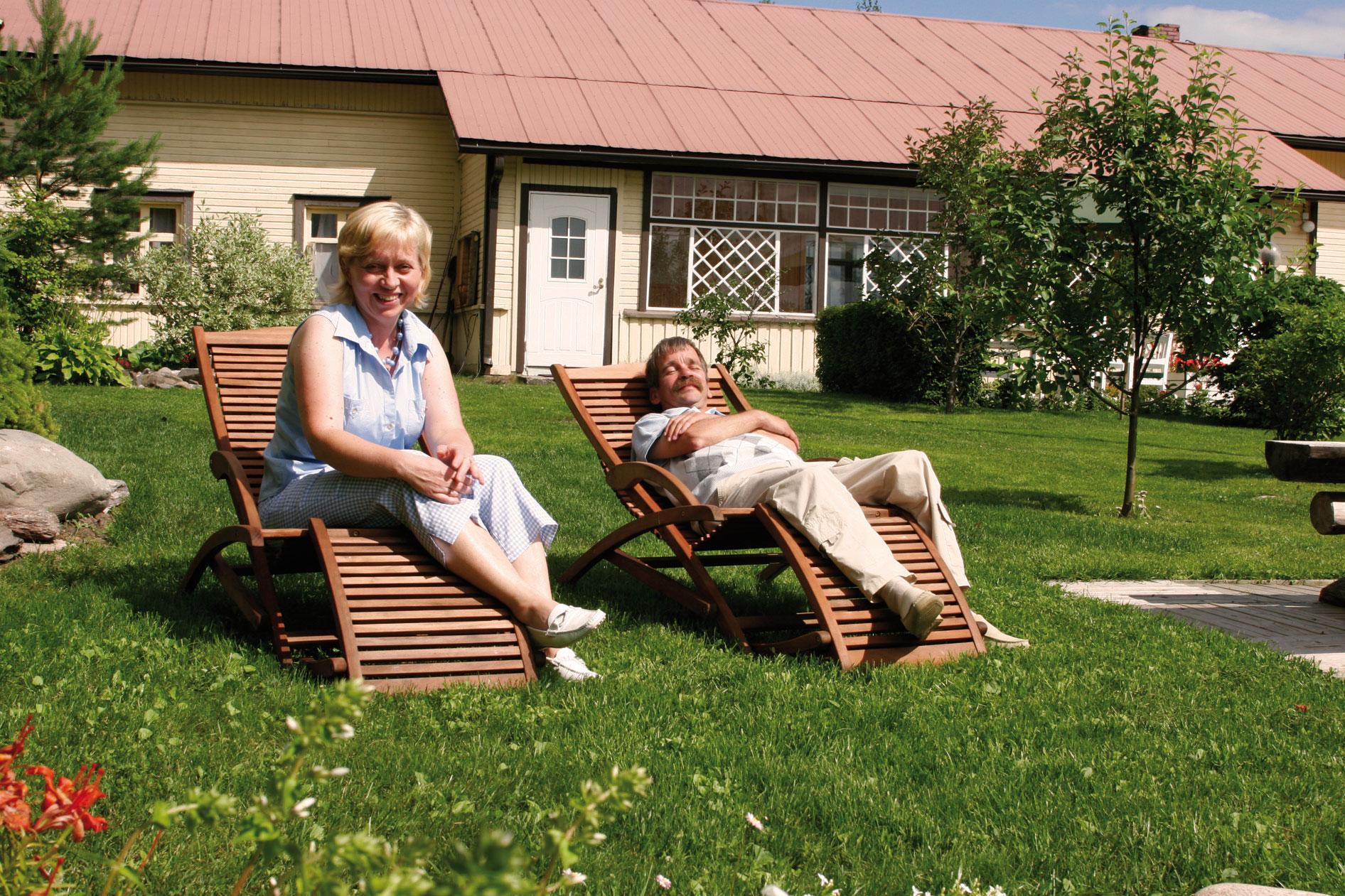 Hannolan marjatilan isäntäpari Margareta ja Juuso Jäntti nauttivat valoisassa puutarhassaan oleskelusta.