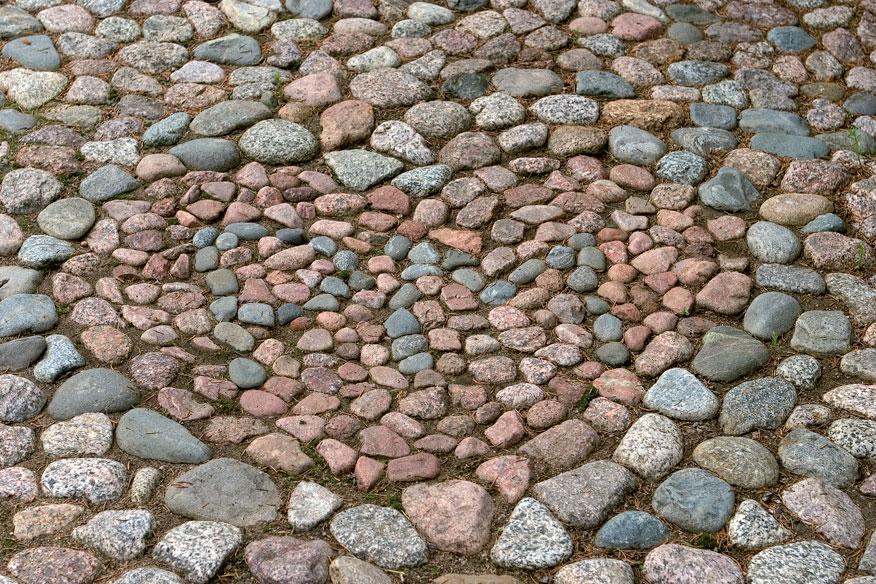Markun kiveämä kuvio vanhan talon pihakäytävällä. Sydänkuvio on kestävä rakkauden tunnustus.