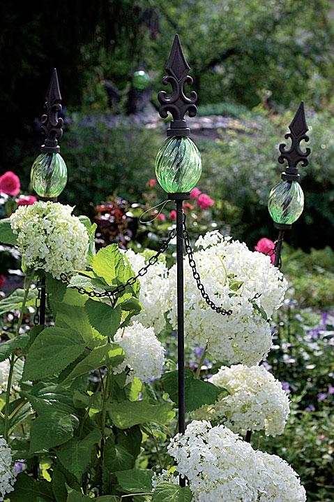 Sisääntulon kasviryhmässä kukkii pallohortensia.