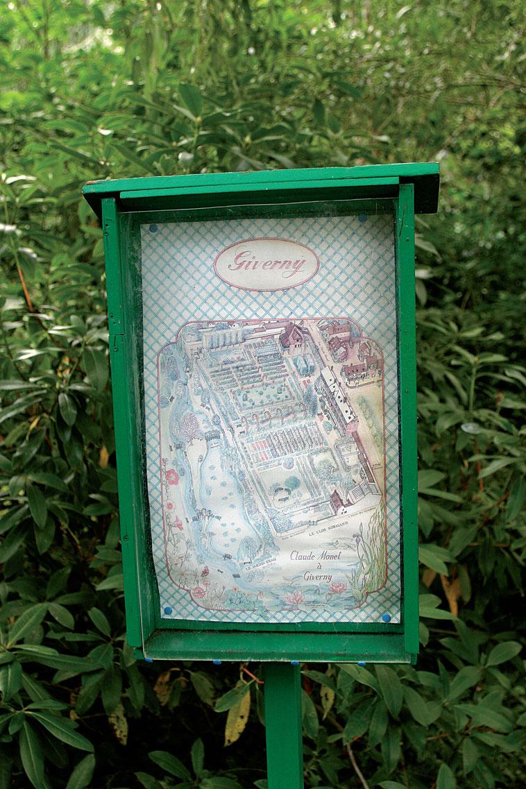 Viehättävä karttapiirros opastaa kulkijaa suuressa puutarhassa.