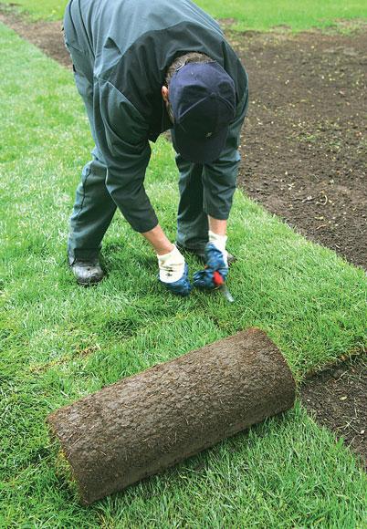 Asenna matot limittäin, jolloin päätysaumat osuvat eri kohtaan edellisen rivin kanssa. Näin muodostuu niin sanottu tiilikuvio puskusaumoilla.