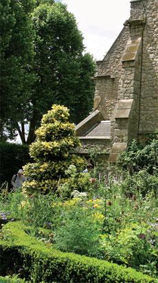 Puutarhamuseon sisäpihalla on 1500–1600-luvuilla eläneiden kuuluisien puutarhureiden, isä ja poika John Tradescantin, hauta.