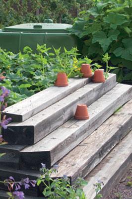 Jämerän lavan rakennusaineina on käytetty hirsiä ja lautoja.