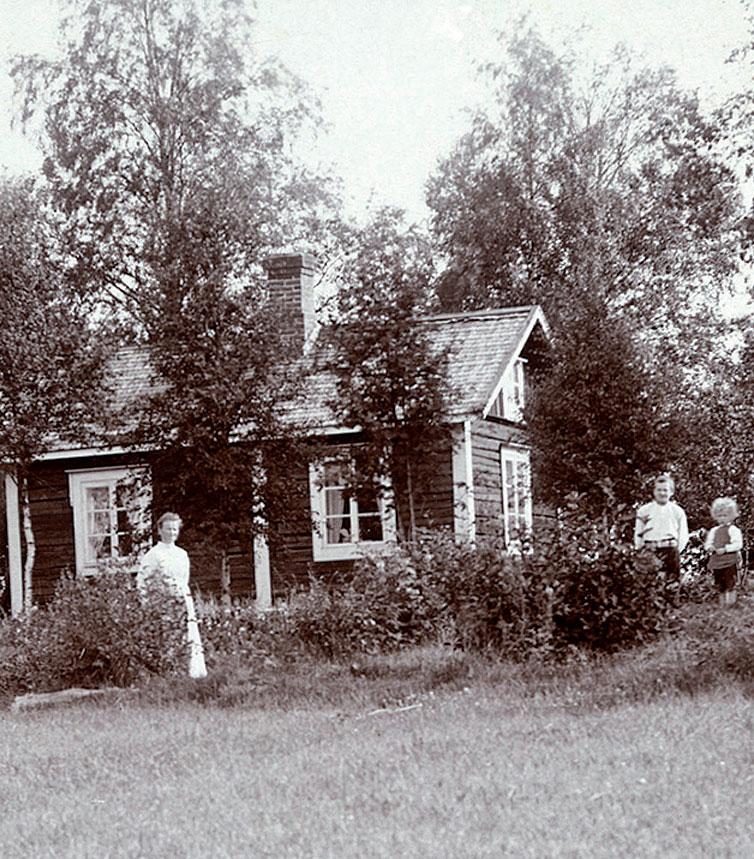 Muonamiehen hirsimökistä tuli suvun kesäpaikka vuonna 1911. Myöhemmin mökkiä laajennettiin ja se sai pintaansa pystylaudoituksen.