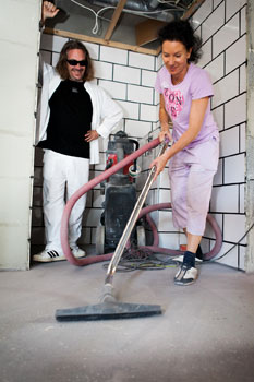 Kun talon emäntä ryhtyi laskeskelemaan kuinka paljon säästää, kun itse tekee rakennussiivouksen, sen jälkeen hän on hyvin viihtynyt  imurin varressa.
