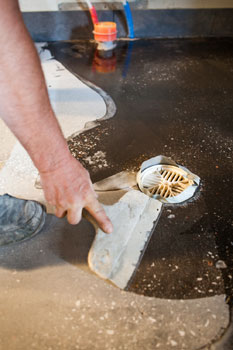 Epoxi on sinällään jo vesieriste, ja hoitaa sen tehtävän myös saniteettitiloissa.