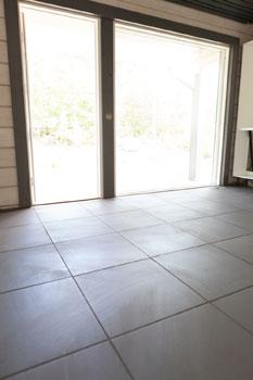 Yläkerran kaikki lattiat ovat samaa rauhallisen tummaa ja harmoonista suurta kaakelilaattaa.