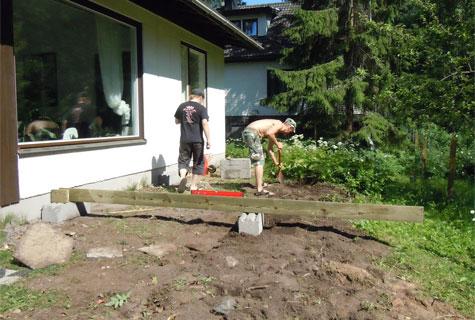 Terassin teko nurmikolle