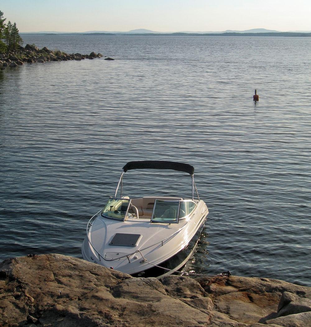 Käsisammutin on pakollinen varuste rekisteröitävissä veneissä, ja muissakin moottoriveneissä suositeltava