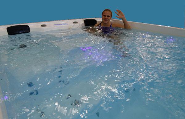 Nuori uimarilupaus Elviira Salmi Uimarin isossa uima-altaassa