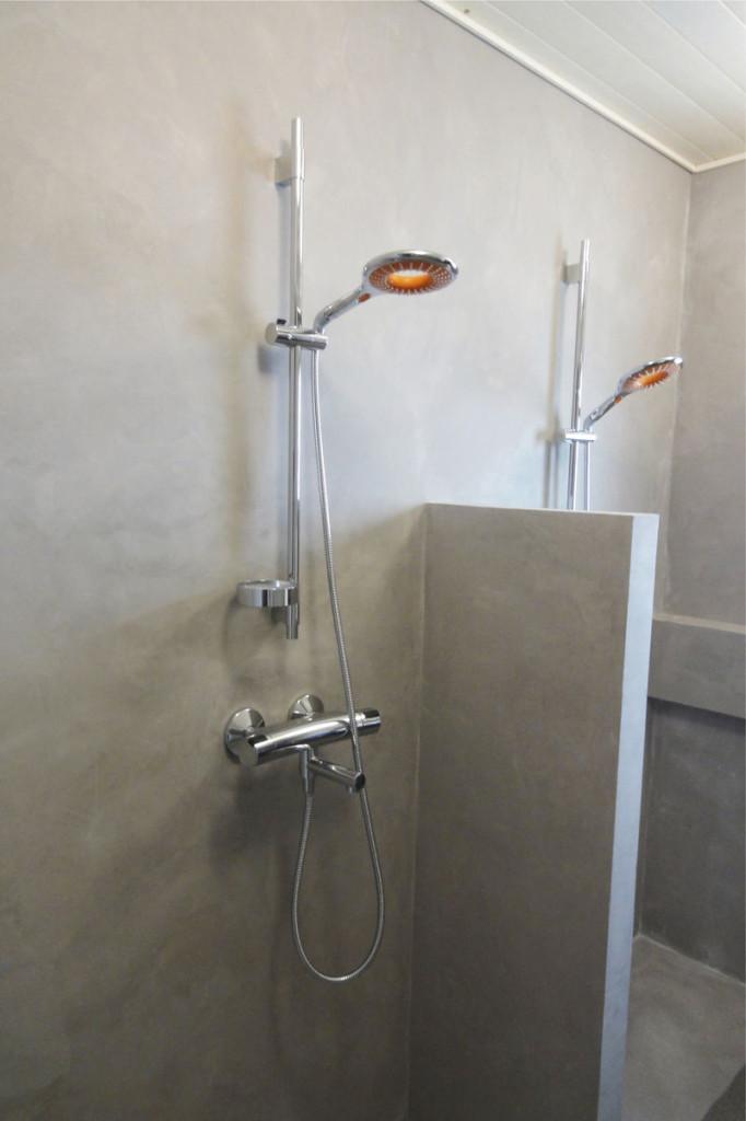 Mikrosementti tuo uutta ilmettä kylpyhuoneeseen. Seppälöiden kylpyhuonekohteessa oikean värisävyn löytäminen ei tuottanut ongelmaa, sillä valittavana oli peräti 56 eri värisävyä. Sisussuunnittelija Rantanen päätyi lämpimän ruskeanharmaan sävyihin.
