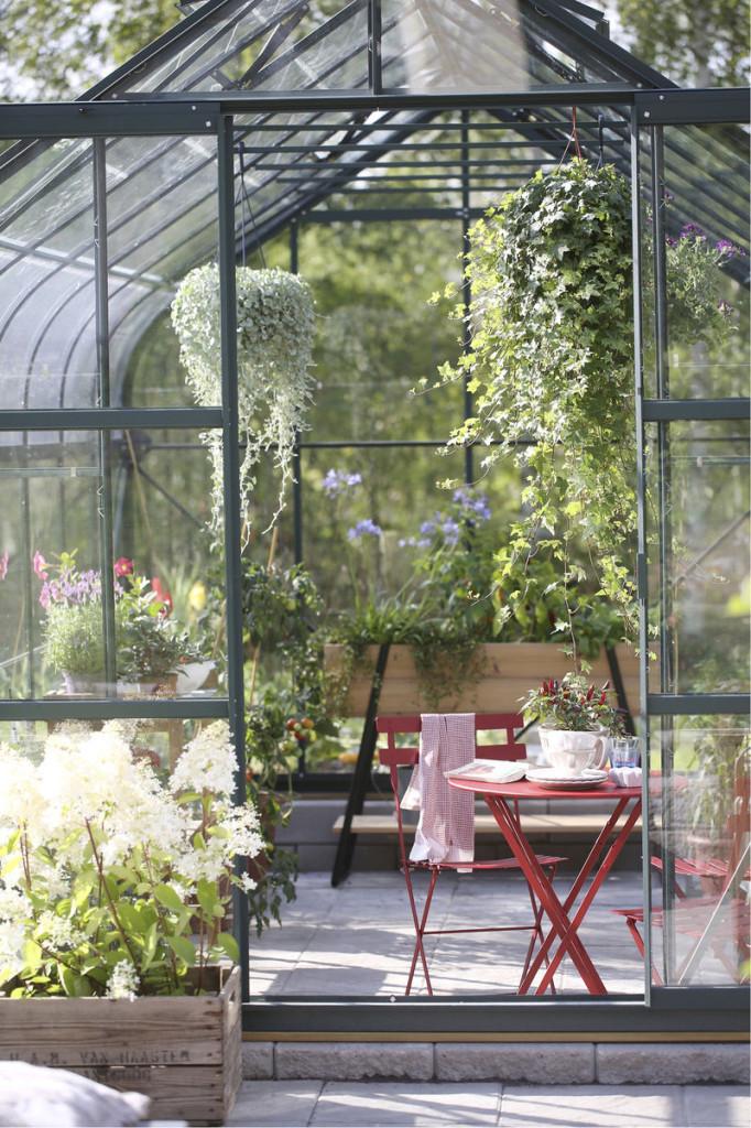 Viihtyisä tila sopii kahvitteluun, lukemiseen tai ihan vain olemiseen. Punaiset puutarhakalusteet Finnish Design Shop, Fermob-tuoli ja -pöytä 64 euroa /kpl.