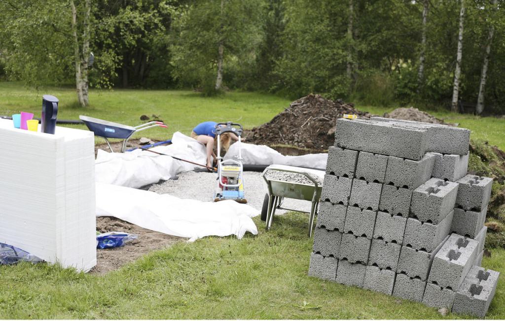 Huolelliset perustus- työt vaativat aikaa ja materiaalia. Harkot, niin kuin kaikki muu- kin tavara, kärrättiin paikalle lihasvoimalla. Työkalut ja valtaosa rakennustarvikkeista hankittiin kotiin kuljetettuna lähellä sijaitsevan K-Rauta Skanssin valikoimista.