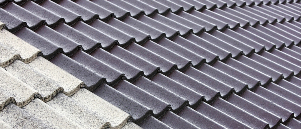 ERON HUOMAA. Huolella puhdistettu ja pinnoitettu katto on sekä toiminnallisesti että esteettisesti kuin uusi. Eron huoltamattomaan kattoon havaitsee maallikkokin.